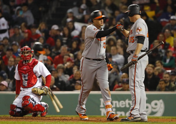 Manny Machado est félicité par Mark Trumbo après... (Photo Winslow Townson, USA TODAY Sports)