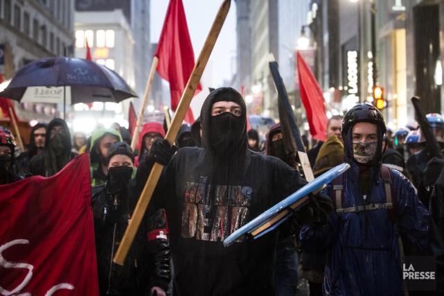 Des manifestantsont sillonné le centre-ville et laissé derrière... (PHOTO OLIVIER PONTBRIAND LA PRESSE)