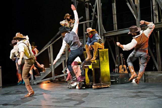 La pièce acrobatique Saloon, créée en septembre auFestival... (Photo Patrick Sanfaçon, Archives La Presse)