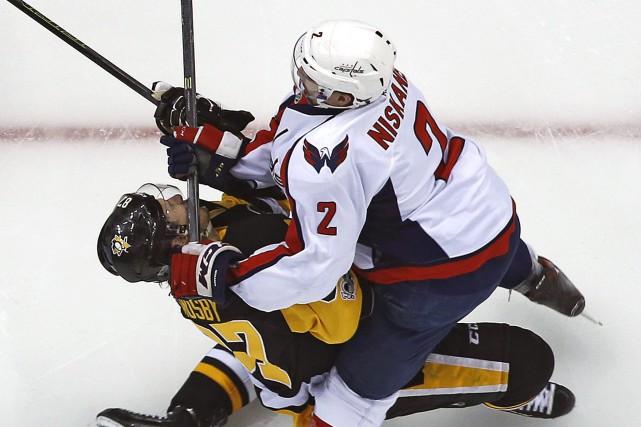 Sidney Crosby a reçu le bâton de Matt... (Photo Gene J. Puskar, AP)