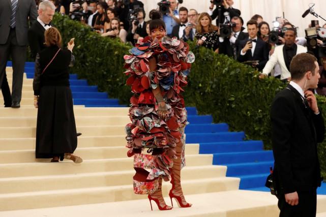 Rihanna a monté les marches du musée dans... (PHOTO REUTERS)