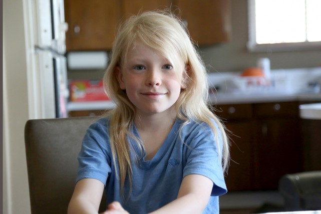 Thomas Drapeau, neuf ans, laisse pousser ses jolis... (Julie Catudal)