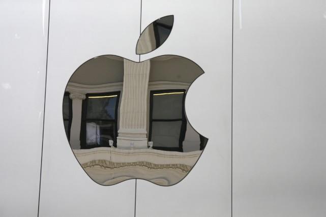 Le iPhone reste la vache à lait d'Apple,... (AP, Eric Risberg)