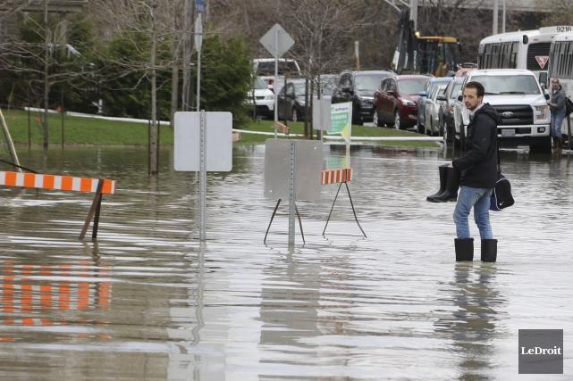 La rue Saint-Louis à Gatineau est complètement submergée.... (Patrick Woodbury, Le Droit)
