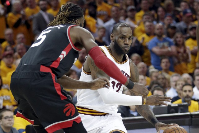 LeBron James a inscrit 35points et s'est emparé... (AP, Tony Dejak)