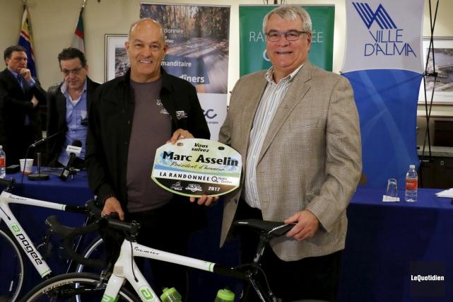 Pierre Ste-Marie, des Enseignes Ste-Marie, présente au maire... (Photo Le Quotidien, Yohann Gasse)