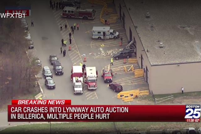 Trois personnes ont péri mercredi lorsqu'une voiture a subitement accéléré dans... (Capture d'écran FOX25)