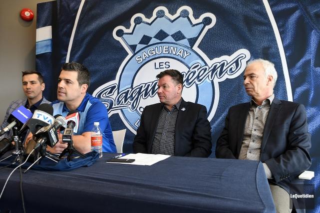 Le vice-président opérations hockey, Marc Denis, l'entraîneur-chef et... (Photo Le Quotidien, Rocket Lavoie)
