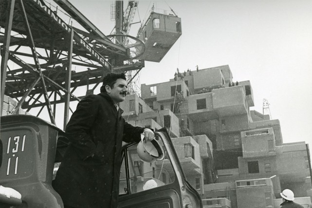 Moshe Safdie sur le chantier de son projet... (tirée de la Collection of Safdie Architects)