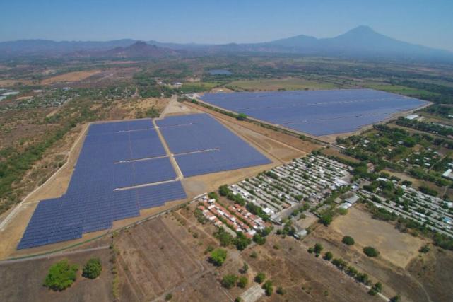 La centrale photovoltaïque, composée de deux sous-centrales, avec... (Photo tirée du site web de Proparco)