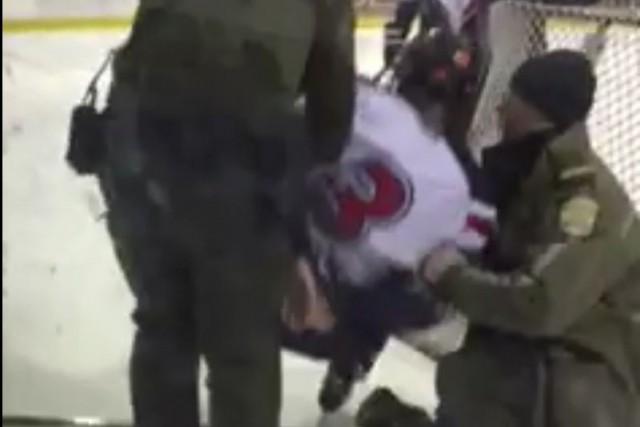 Les policiers s'étaient rendus directement sur la glace... (Photo tirée d'une vidéo)