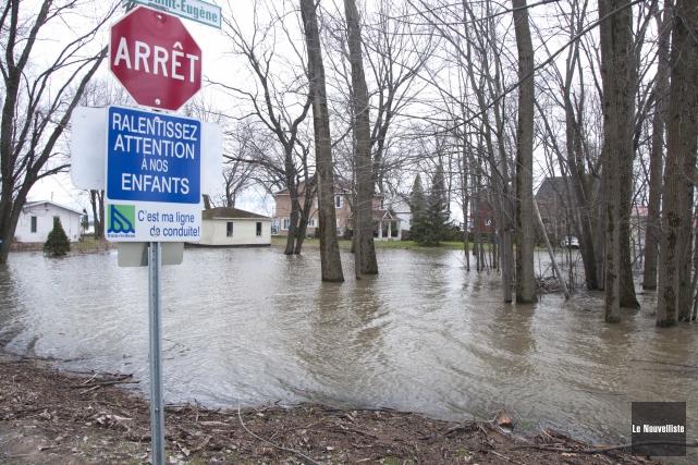 Le niveau d'eau des rivières a légèrement baissé,... (Sylvain Mayer, Le Nouvelliste)
