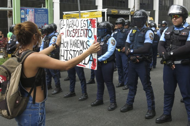 Une manifestante à Porto Rico lors de la... (AP, Danica Coto)