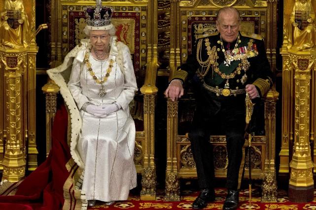 La reine Elizabeth II et le prince Philip... (AP, Alastair Grant)