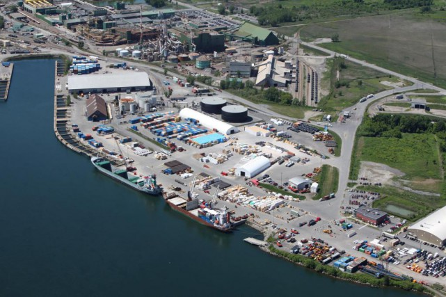 Zone industrialo-portuaire de Salaberry-de-Valleyfield dans la Valle-du-Haut-Saint-Laurent. Photo...