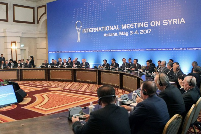 Les chefs des délégations des trois pays, parrains... (AFP)