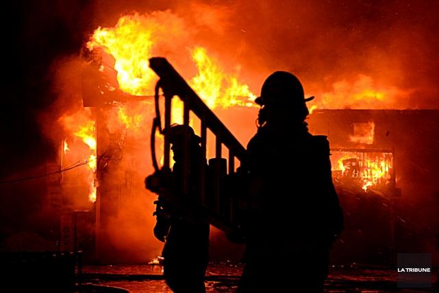 Le feu a ravagé une porcherie de Coaticook mercredi soir. Plus de 2000 bêtes... (Archives La Tribune)