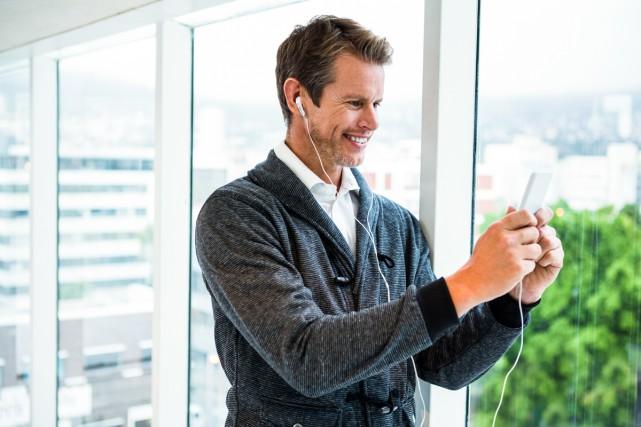 Écouter de la musique par le biais d'un téléphone intelligent est devenu de... (PHOTO THINKSTOCK)