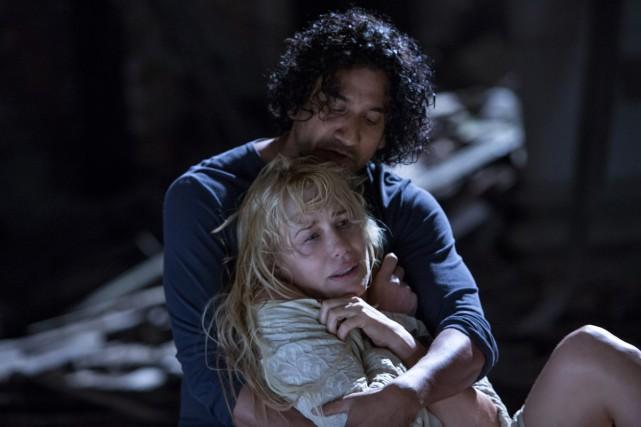 Naveen Andrews et Daryl Hannahdans une scène Sense8.... (PHOTO AP)