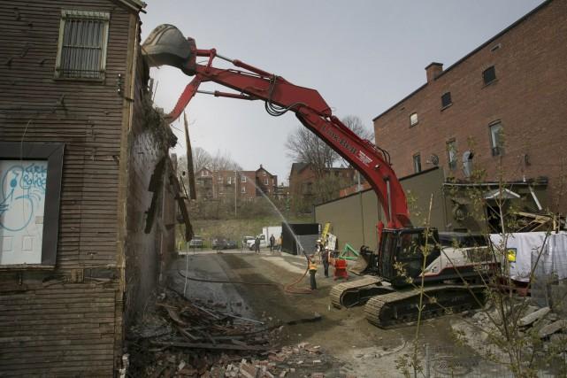 Une pelle hydraulique était en action au centre-ville... (Spectre Média, René Marquis)