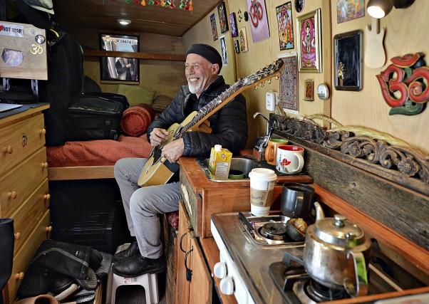 Le musicien canadien d'adoption Harry Manx, qui marie... (Le Soleil Patrice Laroche)