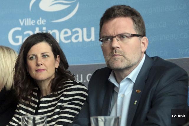 La ministre Stéphanie Vallée et le maire de... (Étienne Ranger, Le Droit)