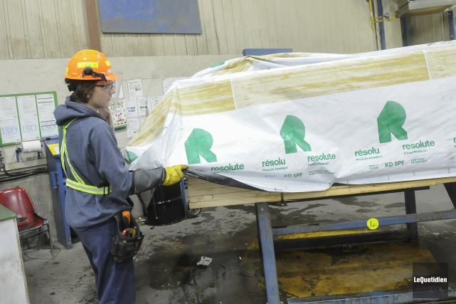 Produits forestiers Résolu ralentit la cadence de production... (Archives Le Quotidien, Gimmy Desbiens)