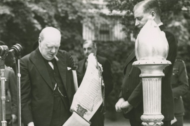 Winston Churchill avec le Flambeau de la victoire,... (The William Ready Division of Archives and Research Collections, McMaster University Library)