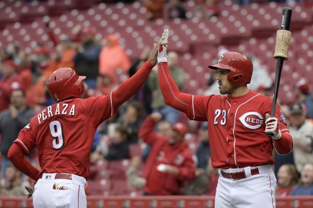 Jose Peraza et Adam Duvall (AP Photo/Michael E.... (PHOTO Michael E. Keating, AP)