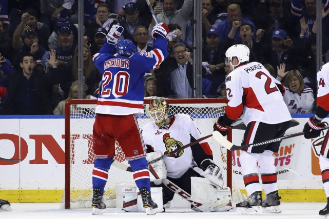 Chris Kreider bat Mike Condon à mi-chemin en... (AFP, Bruce Bennett)