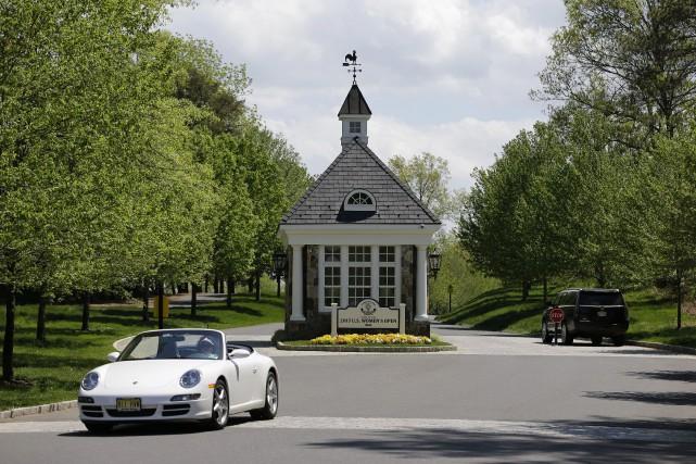 Sur la photo, l'entrée du club de golf... (Photo Seth Wenig, archives AP)