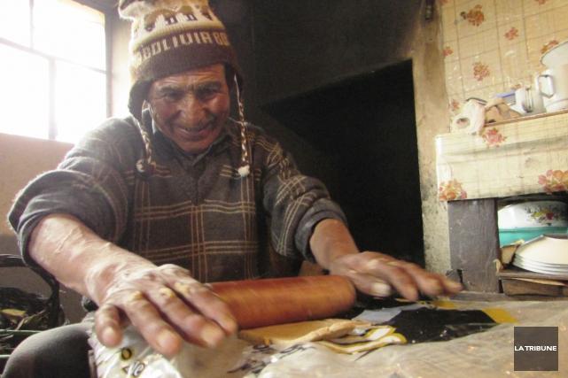 Santiago, notre hôte, roule la pâte pour préparer... (La Tribune, Jonathan Custeau)