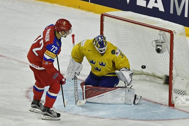 L'attaquant russe Artemi Panarin a déjoué le gardien... (Photo Martin Meissner, AP)