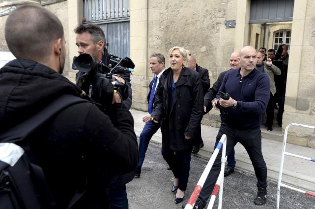 Marine Le Pen a été chahutée par des... (AFP, François Nascimbeni)