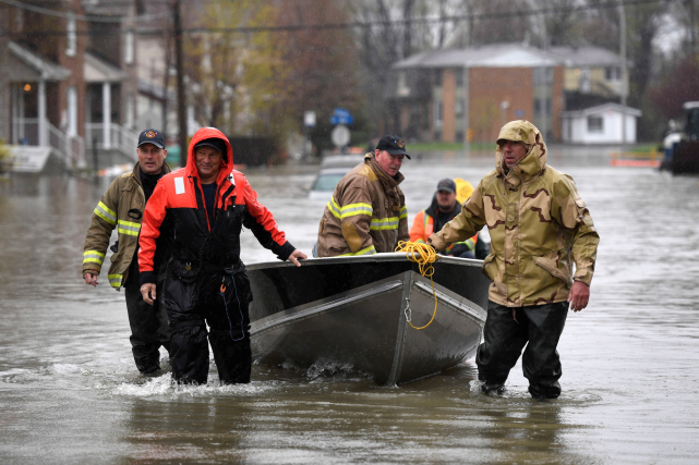Des pompiers étaient prêts à prêter main-forte à... (La Presse canadienne, Justin Tang)