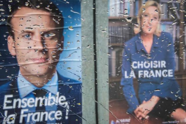 Des affiches d'Emmanuel Macron et Marine Le Pen... (PHOTO AGENCE FRANCE-PRESSE)