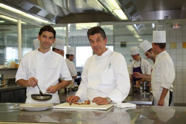Le chef Régis Macron (à droite), en cuisine... (Courtoisie)