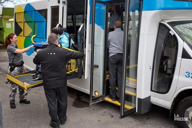 L'opération, menée principalement avec des véhicules de transport... (PHOTO DAVID BOILY, LA PRESSE)