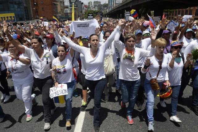 Des centaines de femmes vêtues de blanc ont... (Photo FEDERICO PARRA, AFP)
