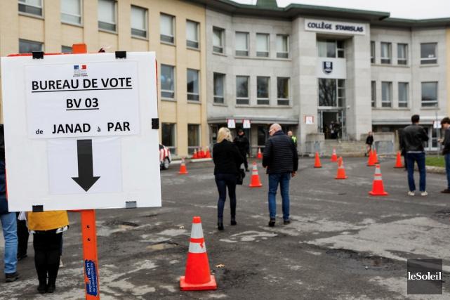 Les citoyens français ont jusqu'à 20h samedi pour... (Le Soleil, Caroline Grégoire)
