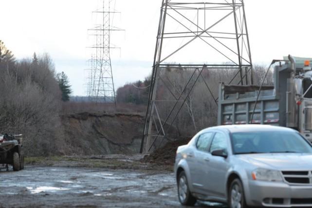 Un glissement de terrain menace ce pylône d'Hydro-Québec... (Olivier Croteau)