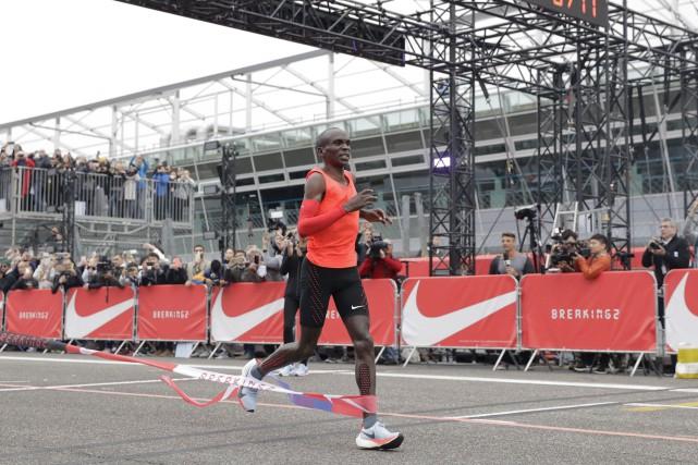 Le Kényan Eliud Kipchoge franchit la ligne d'arrivée... (AP, Luca Bruno)