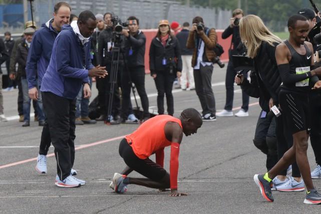 Eliud Kipchoge s'est affalé sur la ligne d'arrivée... (AP, Luca Bruno)