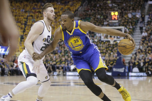 Gordon Hayward (20) tente de stopper Kevin Durant... (Photo Rick Bowmer, AP)