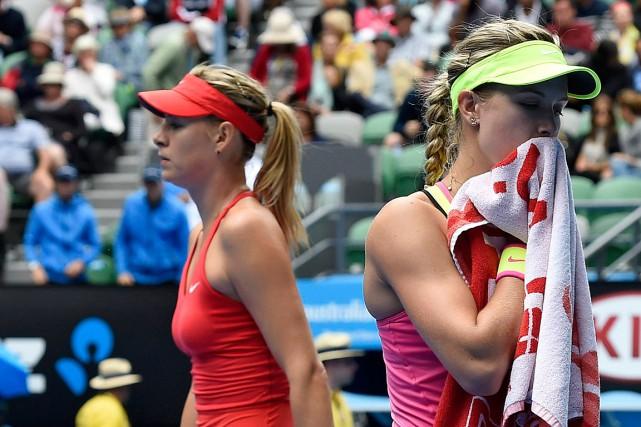 Eugenie Bouchard (à droite) et Maria Sharapova lors... (Archives AP)