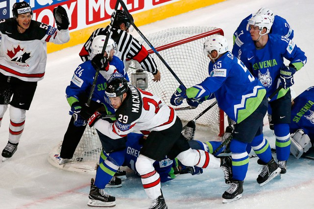 Nathan MacKinnon (29) a amassé quatre points dans... (Photo Grigory Dukor, REUTERS)