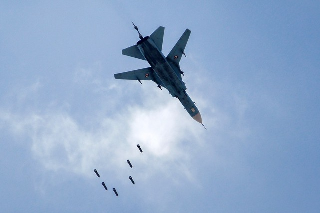Un avion des forces gouvernementales syriennes a largué... (PHOTO AMER ALMOHIBANY, AGENCE FRANCE-PRESSE)