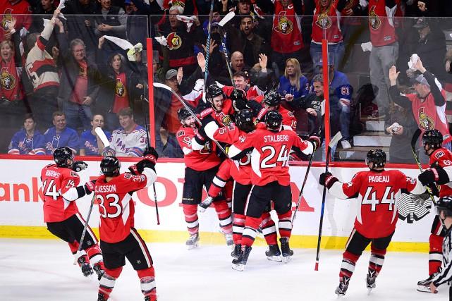 Les joueurs des Sénateurs célèbrent le but marqué... (THE CANADIAN PRESS)