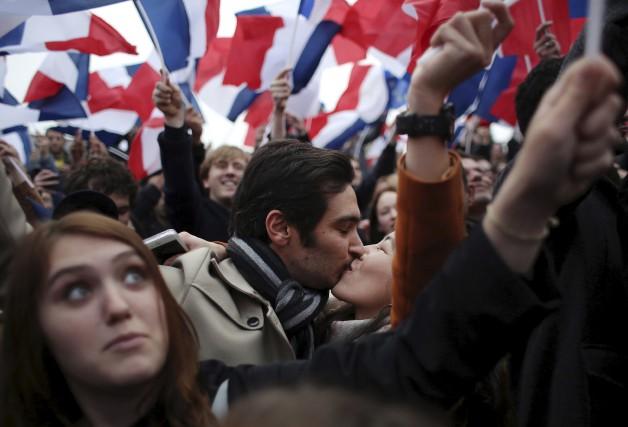 Des partisans d'Emmanuel Macron ont célébré sa victoire... (AP, Thibault Camus)