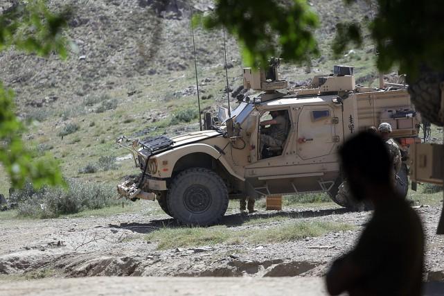 Des membres des forces américaines et afghanes patrouillent... (ARCHIVES AP)